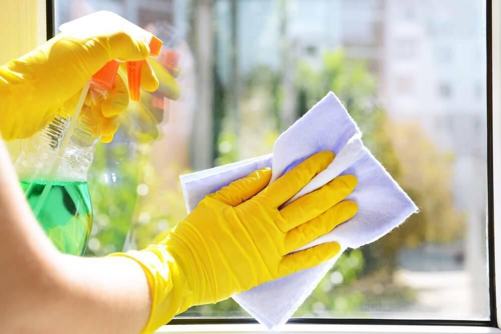 Astuces pour enlever les traces de graisse sur les vitres
